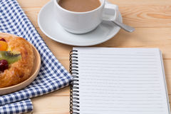 Перерыв на чашку кофе пока читающ книгу Стоковая Фотография RF