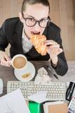 Перерыв на чашку кофе работника офиса Стоковые Фото