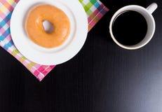 Перерыв на чашку кофе с донутом меда на черной таблице с космосом экземпляра Стоковая Фотография RF