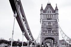 Пересекать мост в Лондоне Стоковое Изображение RF