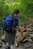 пересекать hiking поток стоковая фотография rf
