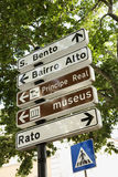 пересекая дирекционные знаки пешехода lisbo Стоковые Фотографии RF