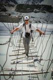 Пересекая опасный мост Стоковая Фотография RF