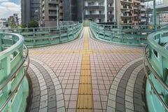 Пересекая платформа моста Manda пешеходного с путем для стоковые фотографии rf