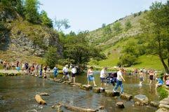 пересекая река людей dove Стоковое Фото