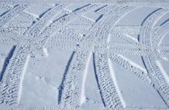 пересекая снежные следы автошины местности Стоковое Изображение RF