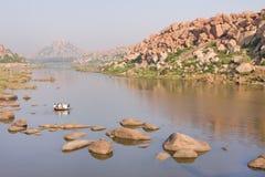 пересекая старый тип rowboat реки Стоковое Изображение RF
