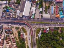 Пересекая шоссе в сельском районе от зеленой плантации от взгляда глаза птицы в Таиланде, взгляда сверху стоковая фотография rf