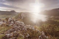 Пересеките в fromt увиденное раем он покрывает горы Стоковые Изображения RF