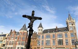 Пересеките сверх старые здания Антверпена, Бельгии стоковые фото