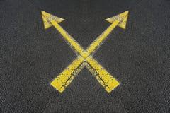 2 пересекли желтые стрелки Стоковое фото RF