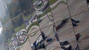 Пересечение и автостоянка города в отражении на окнах видеоматериал