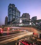 Пересечение дороги Sathorn и дороги Naradhiwasrajanagarindra один из главного финансового района в Бангкоке Таиланде Стоковое фото RF