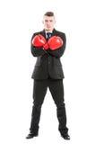 Пересеченные перчатки и оружия бокса бизнесмена нося Стоковые Изображения RF