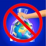Пересеченный вне красный знак круга или запрета на руке mam держа землю планеты в пластиковом мешке прозрачной пластмассы на темн бесплатная иллюстрация