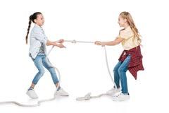 Перетягивание каната игры девушек Стоковые Изображения