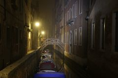 Переулок Венеции на ноче стоковые фото