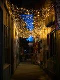 Переулок вечером со светами стоковое изображение