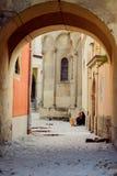 Переулок в мусульманском квартале с сидеть около стены девушки Стоковые Изображения RF