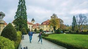 Переулок в парке - северная Польша - осень - падая листья красивых деревьев - январь 2019 стоковые изображения