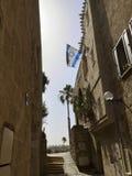 Переулок в старом городе Яффы с израильским флагом стоковая фотография rf