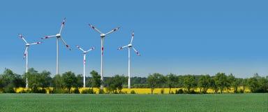 переулок за ветром турбин rapeseed поля Стоковое Фото