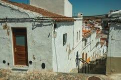 Переулок идя вниз с наклона с шагами среди домов стоковое фото rf