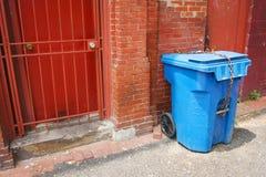 переулок может trash урбанское Стоковое Изображение