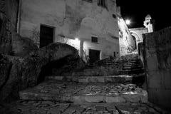 Переулок на ноче загоренной искусственным светом в городе мам стоковое изображение