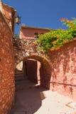 Переулок с сводами. (Roussillon, Провансаль, Франция) стоковые изображения rf