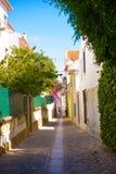 Переулок Cascais, узкая улица Oldtown, солнечный летний день, окраины Лиссабона стоковые фотографии rf