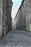 Переулок выровнянный булыжником стоковые изображения rf
