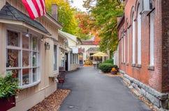Переулок выровнянный с традиционными зданиями и - магазины в осени Стоковые Изображения RF