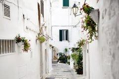 Переулок в белом городе Ostuni, Apulia, Италии Стоковое Изображение