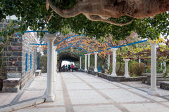 Переулок в греческом правоверном монастыре 12 апостолов в Capernau Стоковое Фото