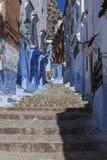 Переулок и голубая стена chefchaouen Стоковые Изображения
