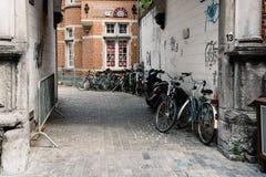 Переулок с велосипедами припарковал в историческом центре лёвена Стоковое Фото