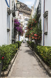 Переулок с флористического бульвара на Puerto de Mogan на Gran Canaria Стоковое Фото