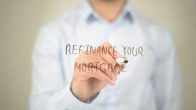 Перефинансируйте вашу ипотеку, сочинительство человека на прозрачном экране Стоковая Фотография RF