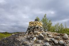 Переход границы между Финляндией и Норвегией к северу от Kilpisjärvi с камнем отметил 1950 стоковое изображение