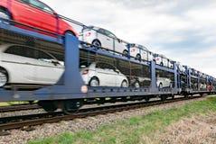Переход железной дороги заново изготовленных автомобилей от фабрики стоковая фотография