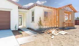 Переход нового дома от обрамлять до полного окончания стоковое изображение