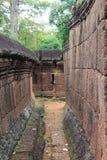 Совершите пассаж через руины на Banteay Srei, Камбоджа стоковые изображения