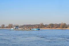 Переход танка кораблем на голландском реке Waal Стоковое фото RF