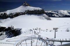 Переходы кабеля в Альпах с горным видом стоковое фото rf