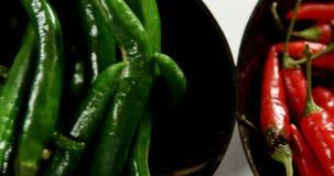 Перец зеленого и красного chili в шаре 4k сток-видео