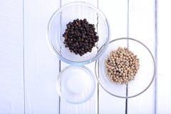 Перец и соль в шаре на белой предпосылке Стоковое Изображение RF