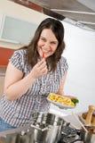 перец кашевара chili плюс женщина размера сь Стоковая Фотография RF