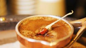 Перец красного chili близкого взгляда падает вниз в кипеть кофе сток-видео