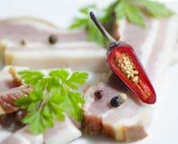 Перец красных чилей на беконе Стоковое Фото